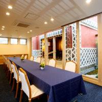 会食室と一体感のある蔵と中庭